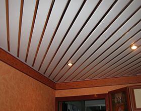 Реечный потолок: особенности, плюсы и минусы