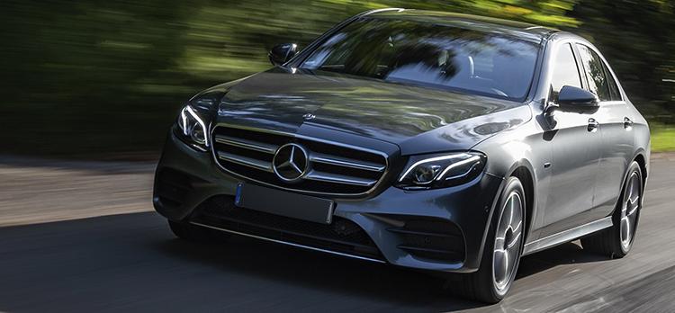 Mercedes-Benz E-класс на дороге