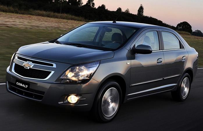 Chevrolet Cobalt на дороге