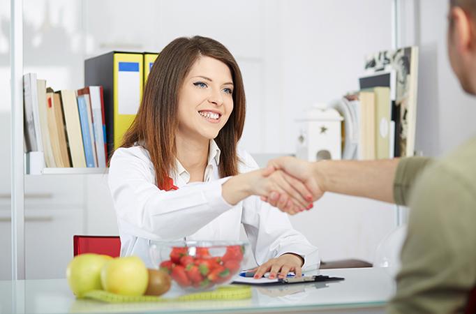 Диетолог с клиентом