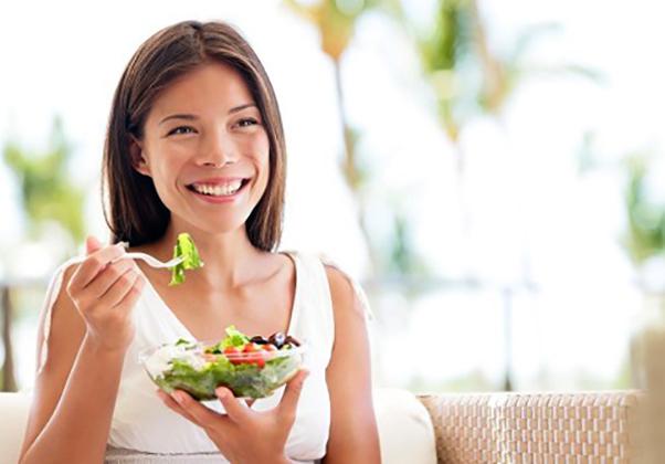 Женщина кушает