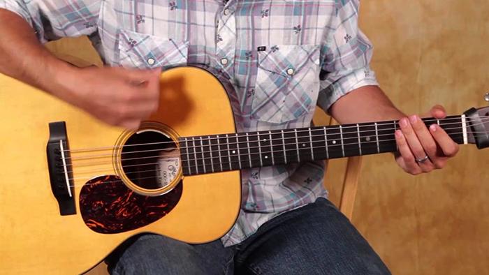 Во время игры на гитаре