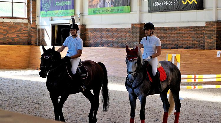 На занятиях конным спортом