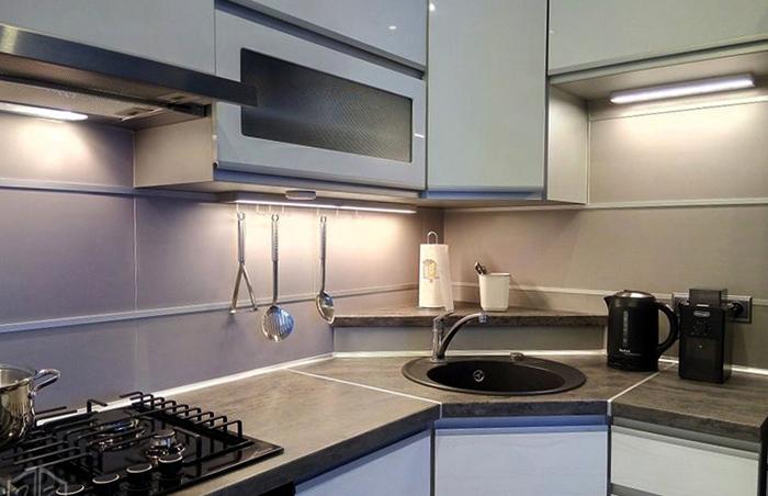 Современная кухня с угловой мойкой