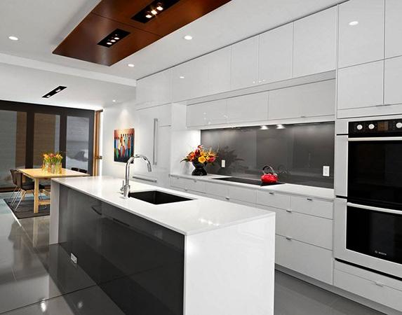 Современная кухня в потолок