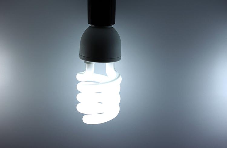 Энергосберегающая лампа горит