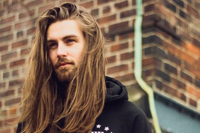 У парня длинные волосы