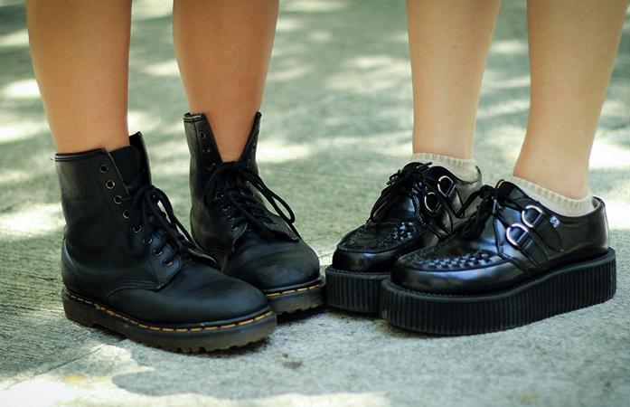 Люди в обуви из полиуретана