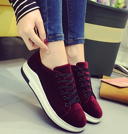 Примерка велюровой обуви