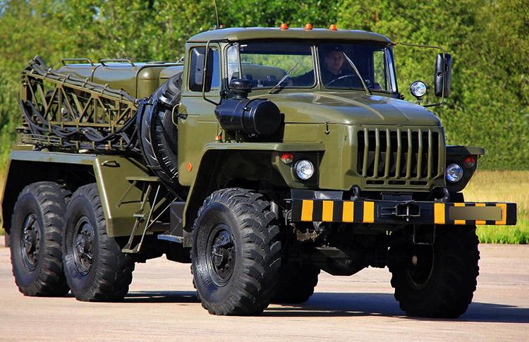 Грузовик с водителем в армии