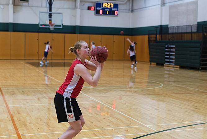 Девушка бросает мяч