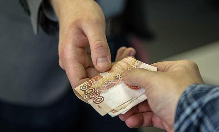 Человек дает денег в долг