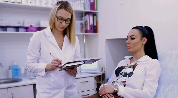 Женщина с доктором