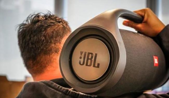 JBL BoomBox на плече