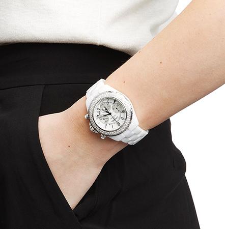 Часы из керамики на руке