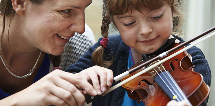 Мама с ребенком на скрипке