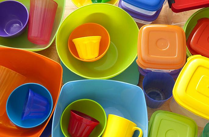 Много посуды из пластика