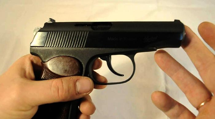 Пневматический пистолет в руках