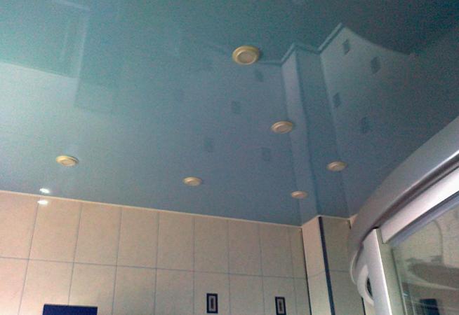 Натяжной потолок в ванной