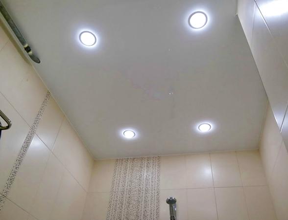 Современный натяжной потолок в ванной