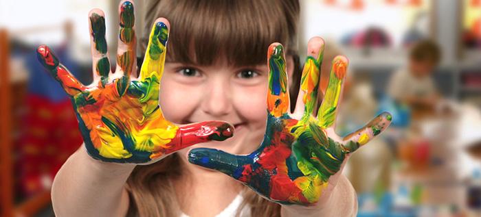 Девочка с руками в красках