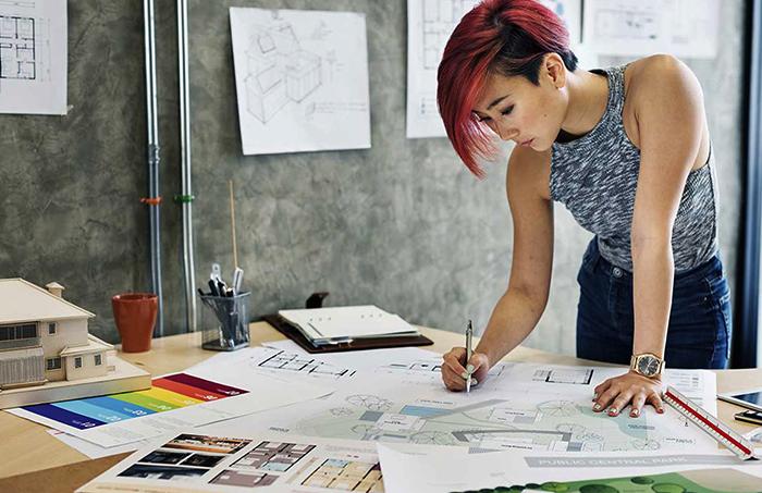 Дизайнер за работой