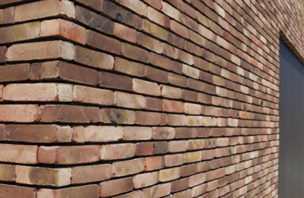 Клинкерный кирпич на стене