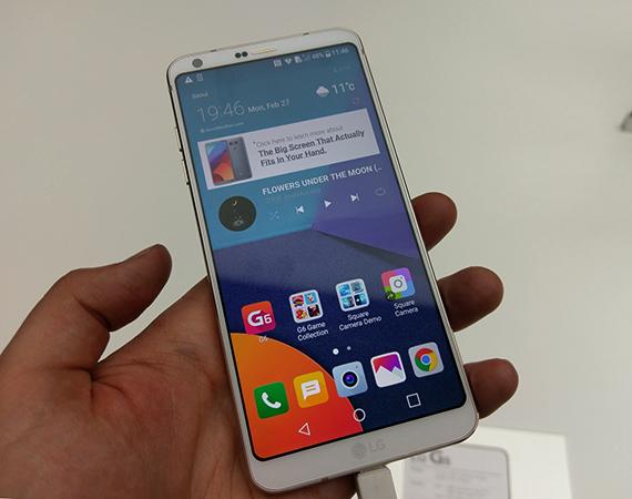Смартфон LG G6 в руках
