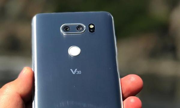 LG V30 в руке