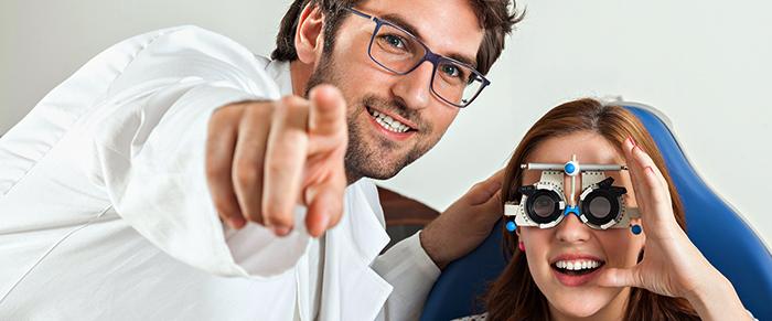 Офтальмолог с клиентом