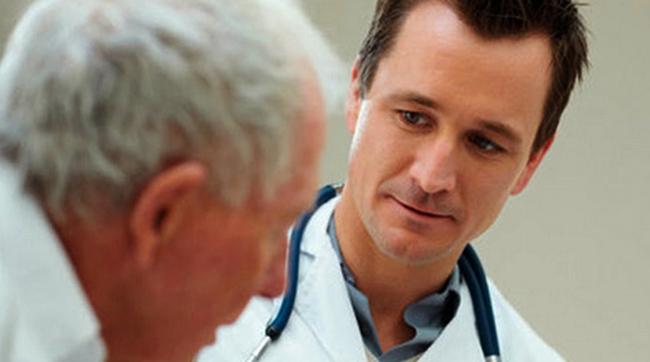 Пенсионер с врачом