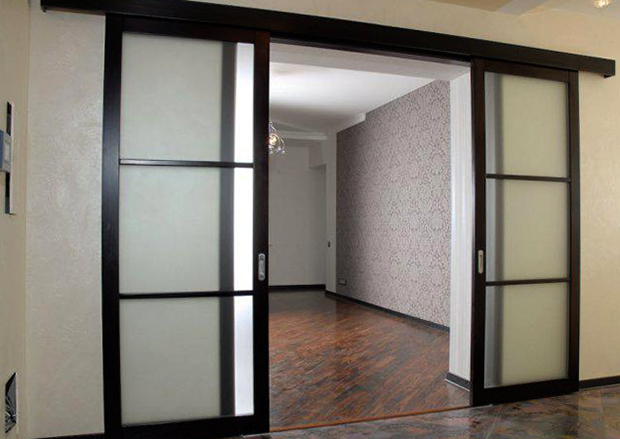 Установленные раздвижные межкомнатные двери