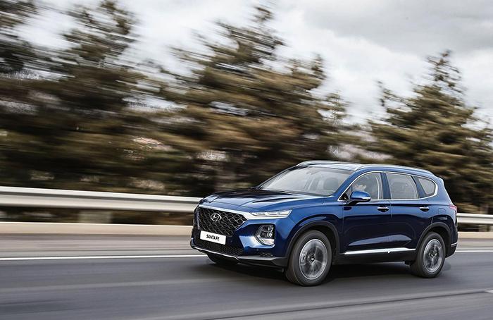 Hyundai Santa Fe на дороге