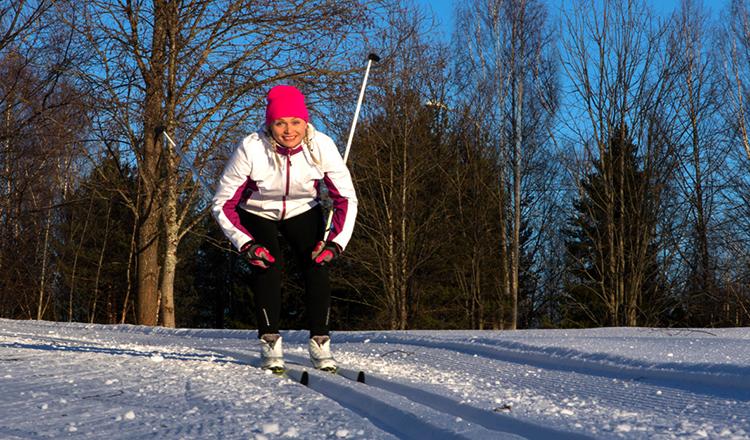 Женщина на лыжах