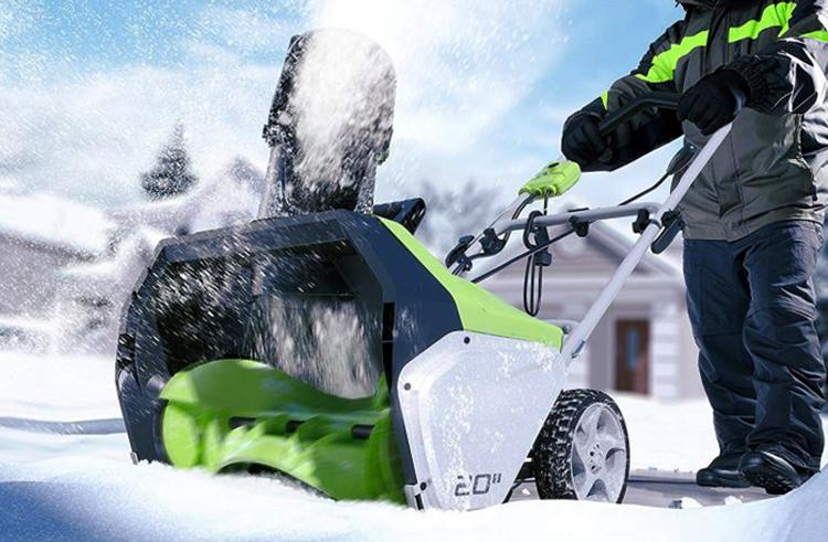 Электрический снегоуборщик в работе