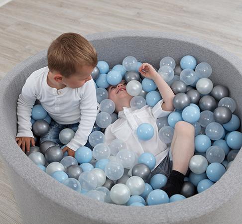 Дети в сухом бассейне
