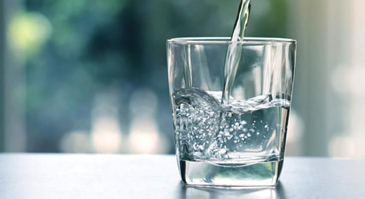 Налитие воды в стакан