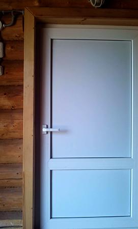 Белая пластиковая дверь в баню