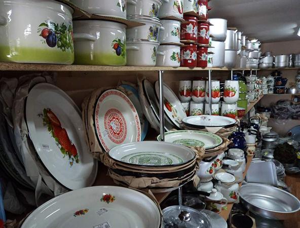 Эмалированная посуда в магазине
