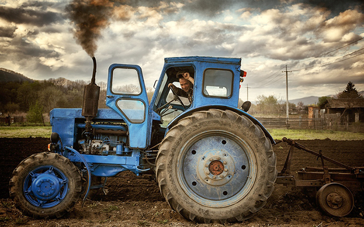 Тракторист работает летом