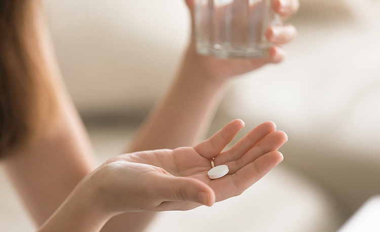 Таблетки у женщины