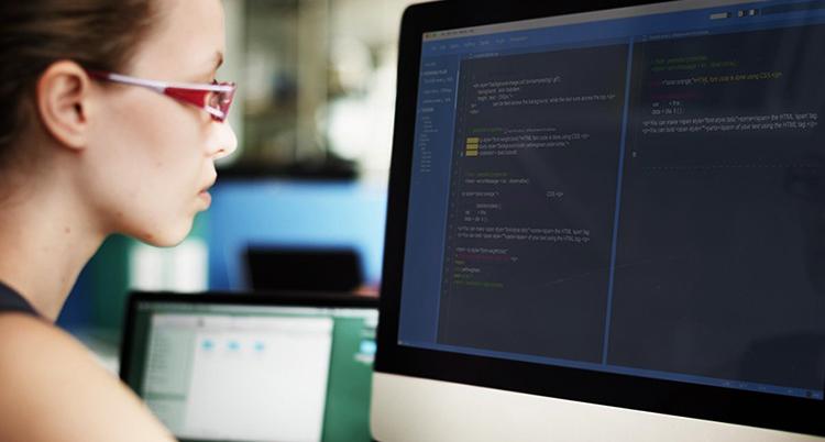 Девушка занимается кодингом