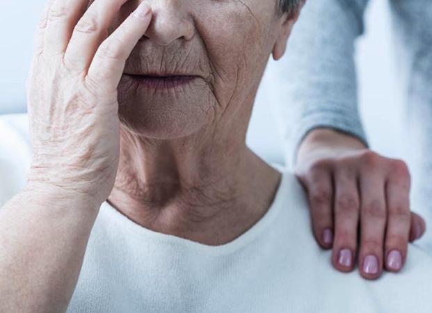 Женщина с болезнью Альцгеймера