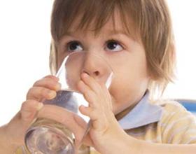 Если ребенок много пьет воды: причины и последствия