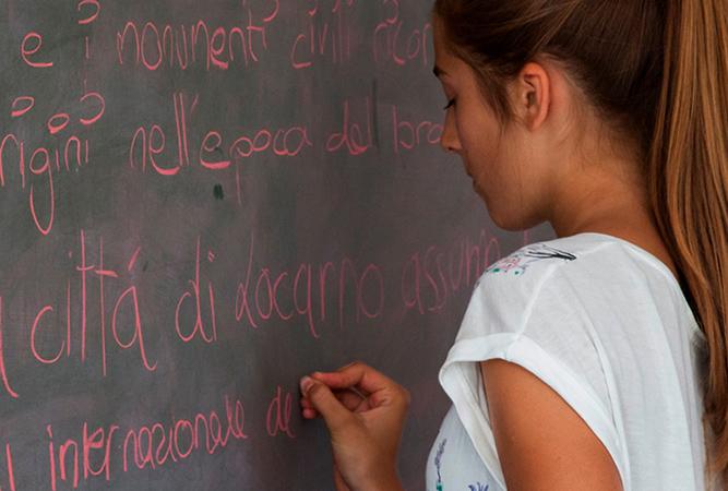 Девушка учит итальянский
