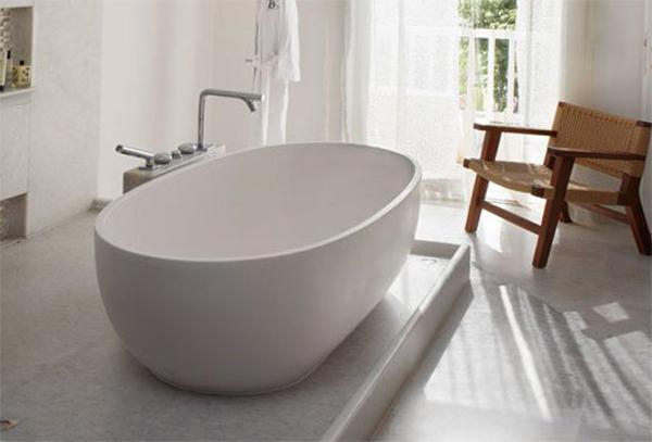 Отдельностоящая в комнате ванна