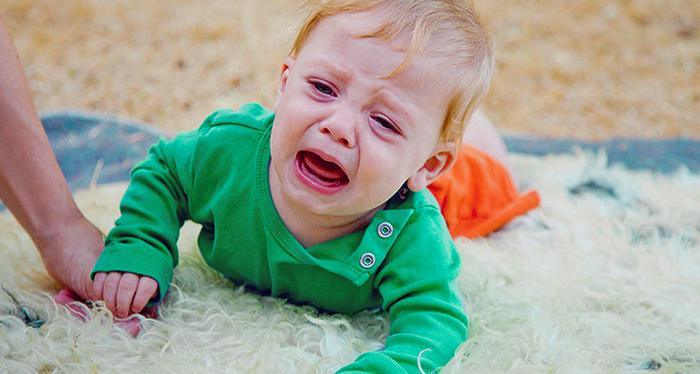 Ребенок плачет после выпадения из кровати