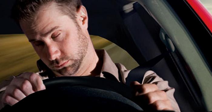 Мужчина спит за рулем