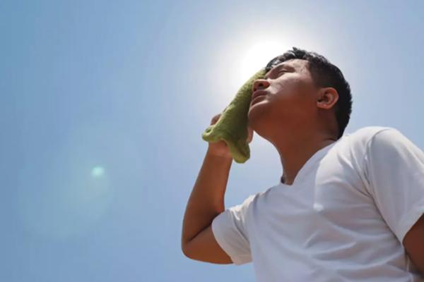 Мужчина с солнечным ударом