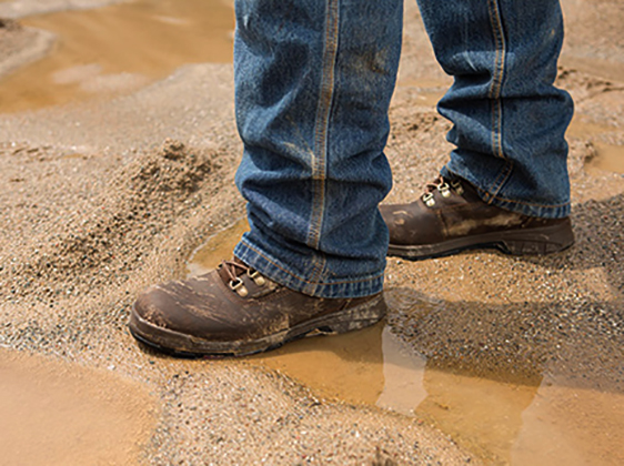 Мужчина в тяжелых ботинках